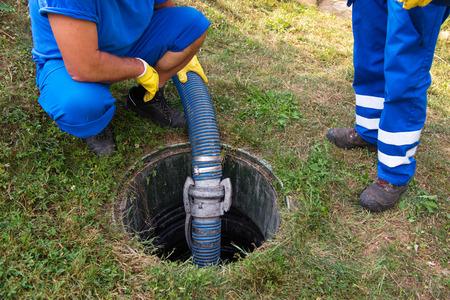 Huishoudelijke septic tank legen. Reinigen en deblokkeren van verstopte afvoer.