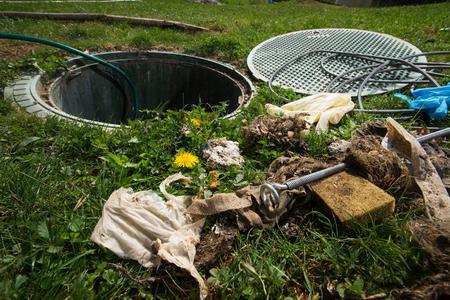Ontstoppen van septisch systeem. Reinigings- en ontstoppingsafvoer vol wegwerpdoekjes en andere niet biologisch afbreekbare items.