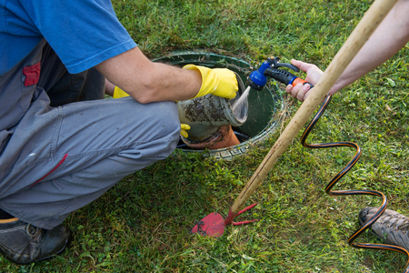 Nettoyage et déblocage de la fosse septique et des tuyaux de drainage.