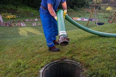 Vidage de la fosse septique domestique. Nettoyage et déblocage d'un drain bouché avec un tuyau d'aspiration Banque d'images