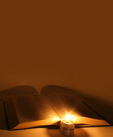 bible ouverte: Une bible ouverte sur une table � c�t� une bougie.  Banque d'images