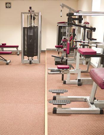levantamiento de pesas: un equipo de gimnasio y estacionaria