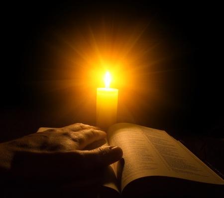 bible ouverte: Une bible ouverte sur une table � c�t� une bougie