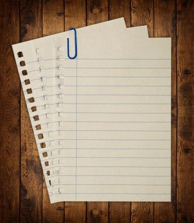 nota de papel: Una página arrancada de la libreta. Foto de archivo