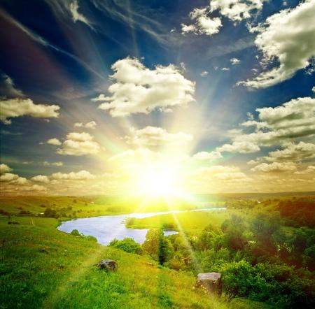 sol radiante: hermoso paisaje soleado con el campo y el bosque