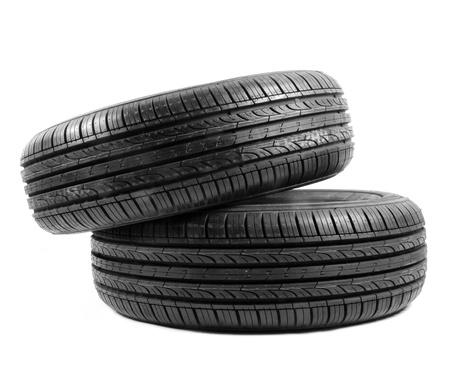 白い背景上の黒い絶縁ゴム製タイヤ