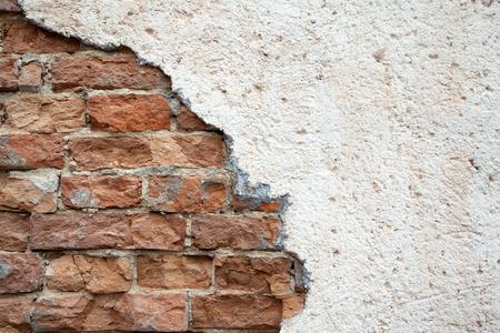 broken wall: rojo pared rota en el terremoto