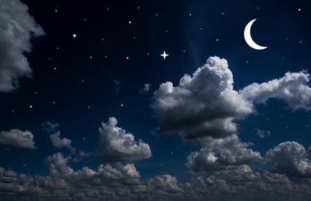 achtergronden nachtelijke hemel met sterren en de maan en mooie wolken