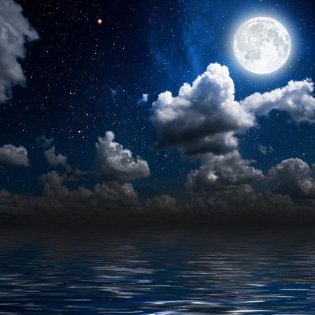 noche estrellada: luna en un cielo de fondo estrella reflejada en el mar. Los elementos de esta imagen proporcionada por la NASA Foto de archivo