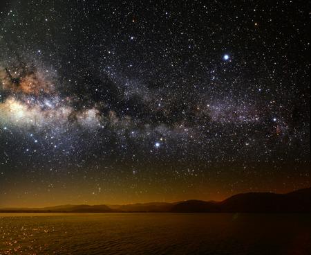 背景の星の空の月は、海に反映されます。NASA から提供されたこのイメージの要素