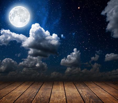 star: Hintergründe Nachthimmel mit Sternen und Mond und Wolken. Holz. Elemente dieses Bildes von der NASA eingerichtet