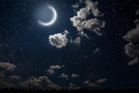 별과 달과 구름 배경 밤 하늘입니다. 목재.