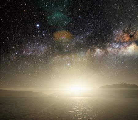 himmel hintergrund: Monat auf einem Hintergrund Sternenhimmel spiegelt sich im Meer.