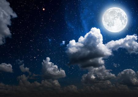 nacht: Hintergründe Nachthimmel mit Sternen und Mond und Wolken. Holz. Elemente dieses Bildes von der NASA eingerichtet