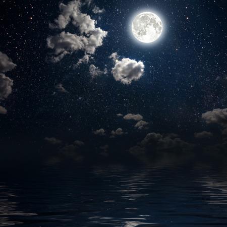 noche y luna: luna en un cielo de fondo estrella reflejada en el mar. Los elementos de esta imagen proporcionada por la NASA Foto de archivo