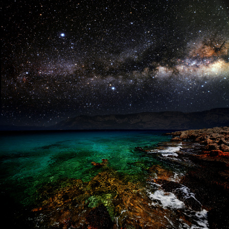 noche y luna: mes en un cielo de fondo estrella reflejada en el mar. Los elementos de esta imagen proporcionada por la NASA Foto de archivo