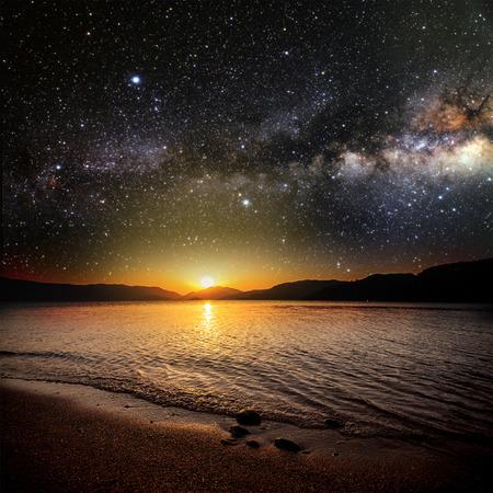 배경 스타 하늘에 달이 바다에 반영. NASA가 제공 한이 이미지의 요소