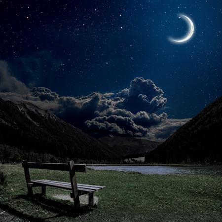 noche y luna: banco para relajarse con vistas a los Alpes noche en Austria. Los elementos de esta imagen proporcionada por la NASA