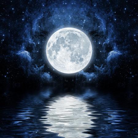 noche y luna: los orígenes del cielo nocturno con las estrellas y la luna y las nubes. Foto de archivo