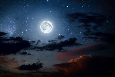 배경 밤 하늘에 별과 달과 구름. 목재.