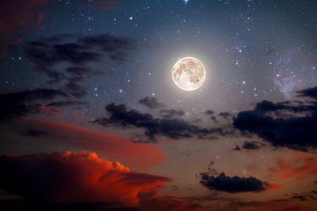 noche y luna: los orígenes del cielo nocturno con las estrellas y la luna y las nubes. madera.