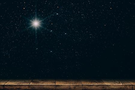 fond de ciel nocturne avec des étoiles, la lune et les nuages. parquet. Banque d'images