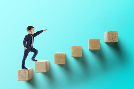 concetto di crescita aziendale. giovane uomo d'affari che scala la scala della carriera