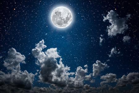 tła nocne niebo z gwiazdami i księżycem i chmurami.