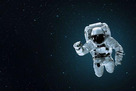 el astronauta vuela sobre la tierra en el espacio.
