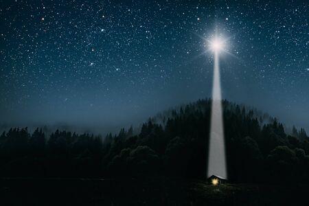 La luna brilla sobre el pesebre de navidad de Jesucristo. Foto de archivo