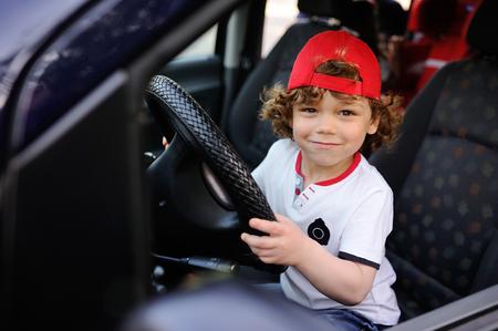 Baby Mit Dem Lockigen Haar Hinter Dem Steuer Eines Autos Lächelnd