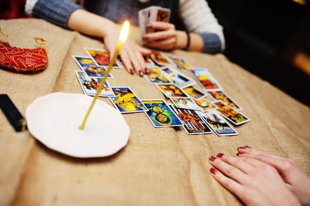 타로 카드로 운세. 점쟁이가 카드의 운명을 예측합니다. 스톡 콘텐츠