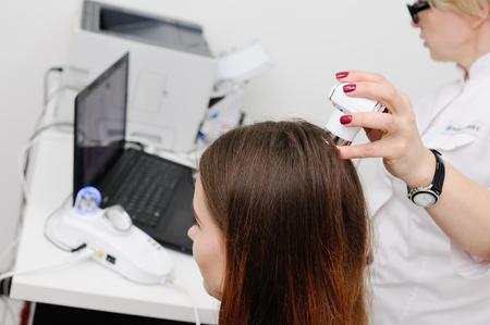 Trihoskopiya - is a method of hair examination using a special device - trihoskopa. Archivio Fotografico