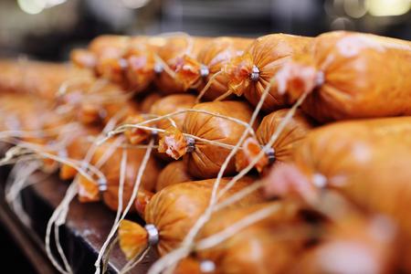 produzione di salsicce bollite e salsiccia affumicata in una fabbrica di carne. Industria alimentare Archivio Fotografico