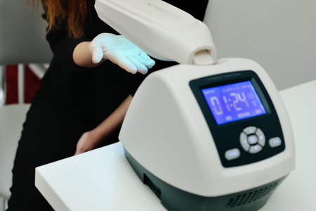 doctor spends psoriasis treatment using ultraviolet lamps and phototherapy. Skin diseases, eczema, dermatitis, shingles, peeling Standard-Bild - 101417821