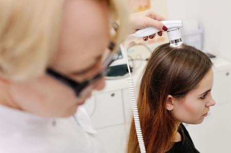 Trihoskopiya - is a method of hair examination using a special device - trihoskopa. 写真素材