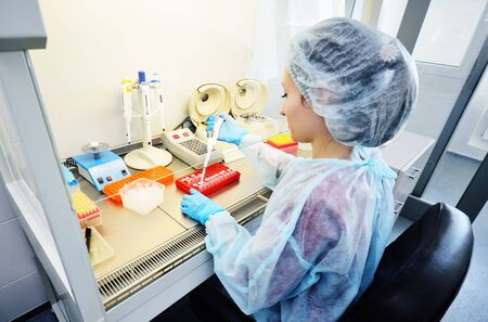 eine Wissenschaftlerin führt in einem modernen chemischen und bakteriologischen Labor PCR-DNA-Tests durch. Standard-Bild