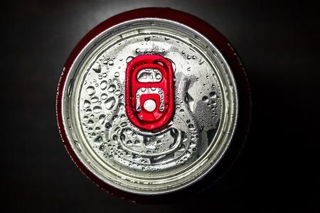 lata de refresco: El aluminio rojo soda lata sobre fondo negro Foto de archivo