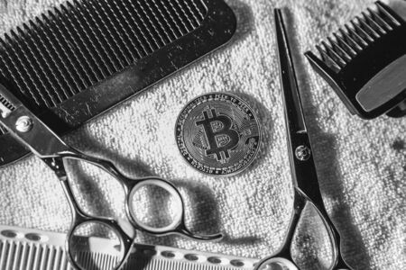 Payment for services by cryptocurrency, bitcoin. Cryptocurrency concept. Payment for barbershop, hairdresser, beauty salon bitcoin. Banque d'images - 135998976