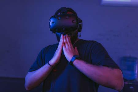 Augmented reality. Man surprised in Vr helmet. Standard-Bild