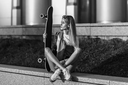 Lifestyle style woman with skate. Standard-Bild