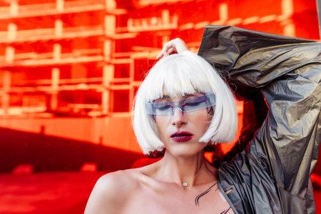 Futuristic blonde with glasses. Standard-Bild - 161162073