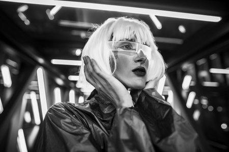 Woman from the future in futuristic glasses and clothes. Standard-Bild