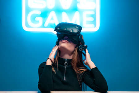 VR games and neon noir. Augmented reality game. Standard-Bild