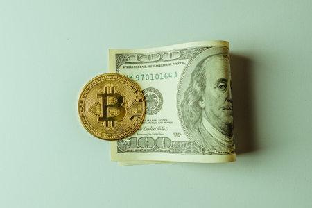 The bitcoin coin is on the dollar. Standard-Bild