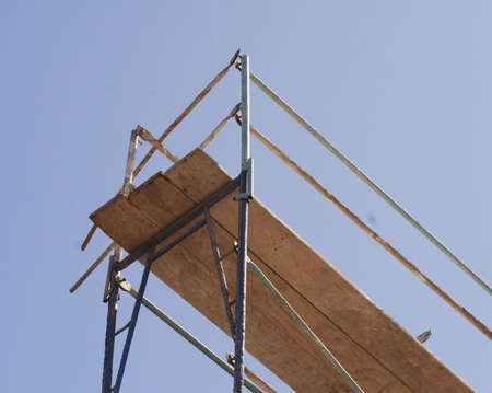 Scaffolding at a construction site, against a blue sky Imagens