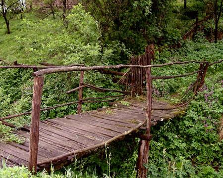 bosna: Ponticello di legno sopra uninsenatura in Bosnia di Petrinja Archivio Fotografico