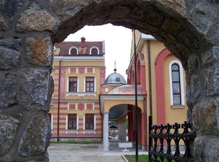 bosna: Una chiesa serbo-ortodossa nel Dubica, Bosnia, visti attraverso un arco  Archivio Fotografico
