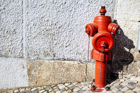 Une bouche d'incendie rouge gros plan sur une rue Banque d'images - 78012970