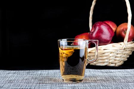 黒い背景にジュースと赤いリンゴのグラス